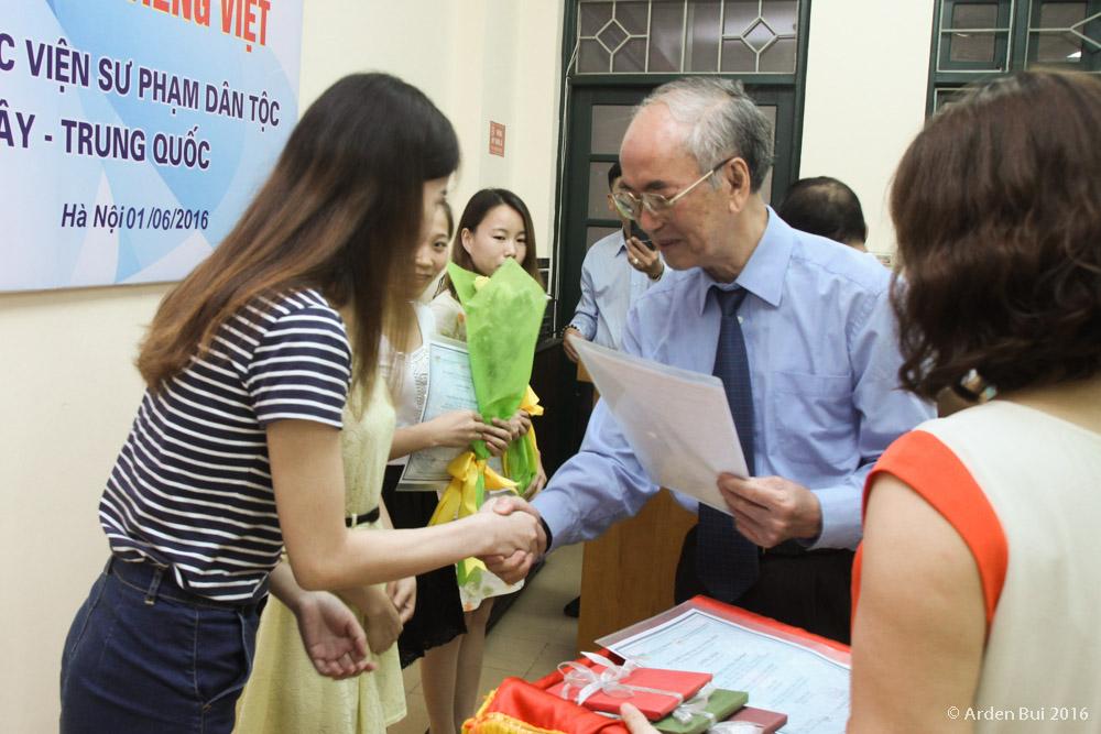 (HTĐT) Hiệu trưởng trao chứng nhận hoàn thành chương trình học tiếng Việt cho sinh viên Trung Quốc
