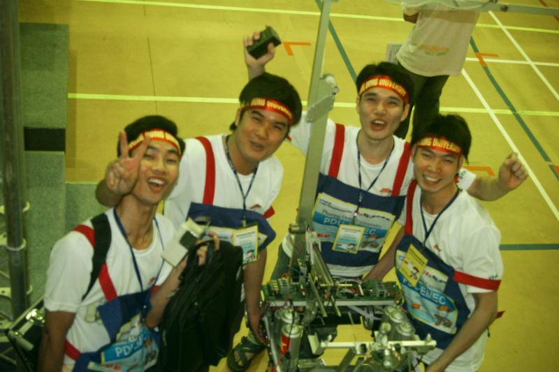 [video] CLB Robot khoa Cơ điện tử - Tham gia cuộc thi robot TDK 15 tại Đài Loan 2011