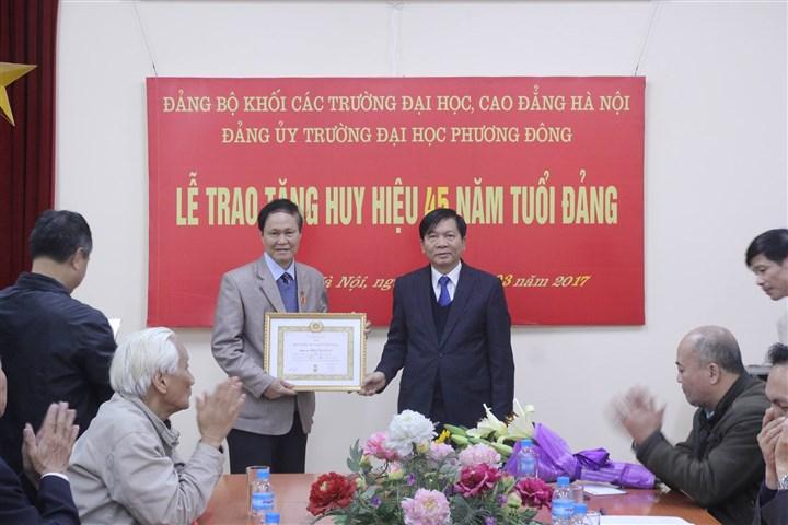 (CNSH) - Chúc mừng PGS.TS Nguyễn Kim Vũ - Chủ nhiệm Khoa, nhận huy hiệu 45 năm tuổi Đảng