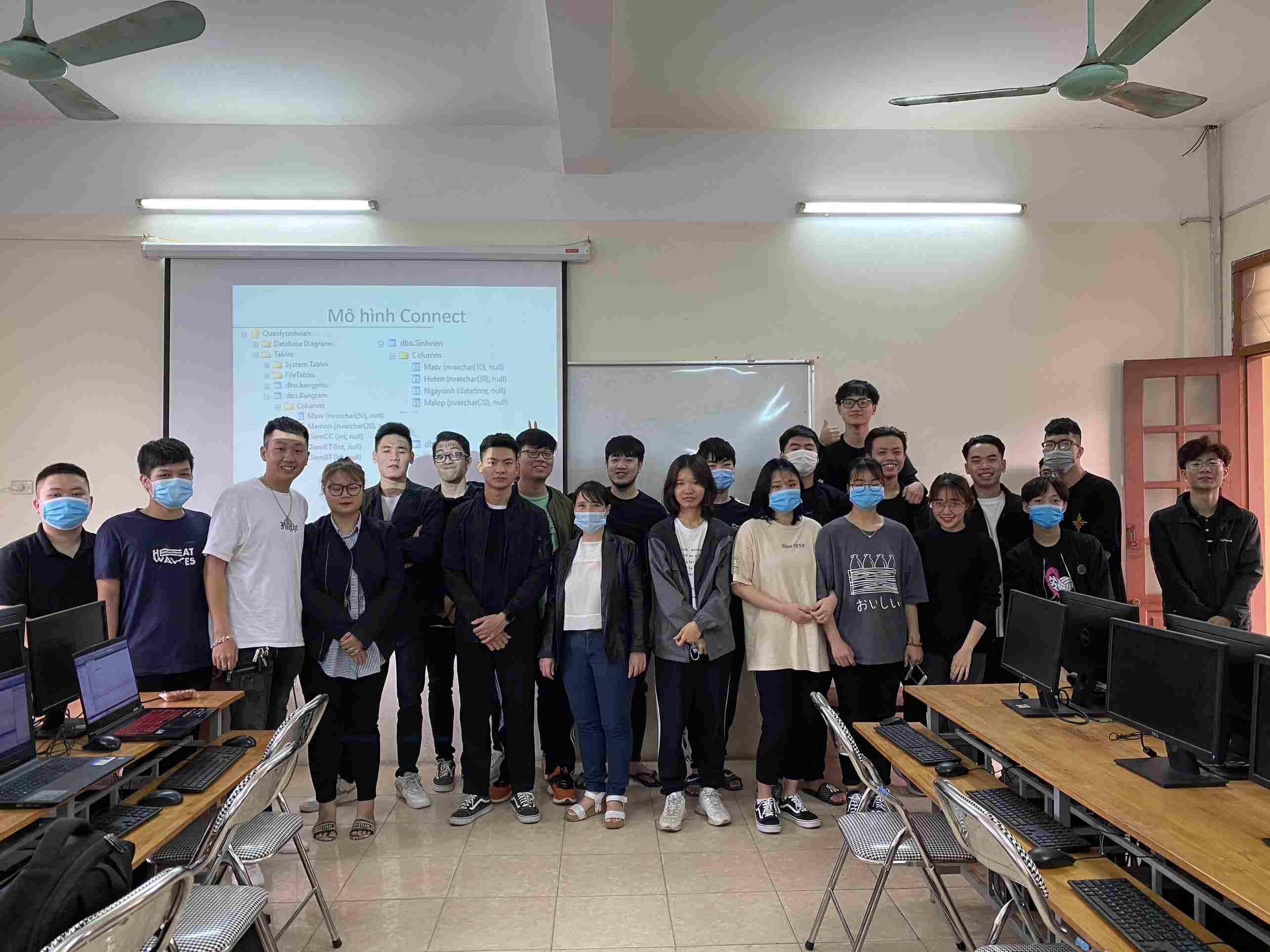 Sinh viên Khoa CNTT&TT – Đại học Phương Đông trở lại học tập sau thời gian vừa nghỉ Tết, vừa nghỉ phòng chống Covid.