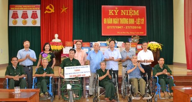 Trường ĐH Phương Đông - Thăm hỏi và tặng quà các thương, bệnh binh nhân ngày 27-7